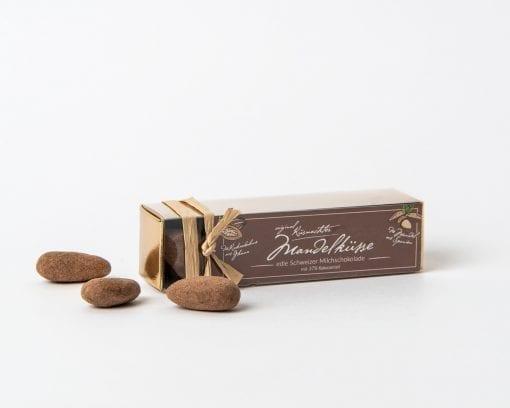 Küsnachter Mandelküsse Milchschokolade in der Goldschachtel